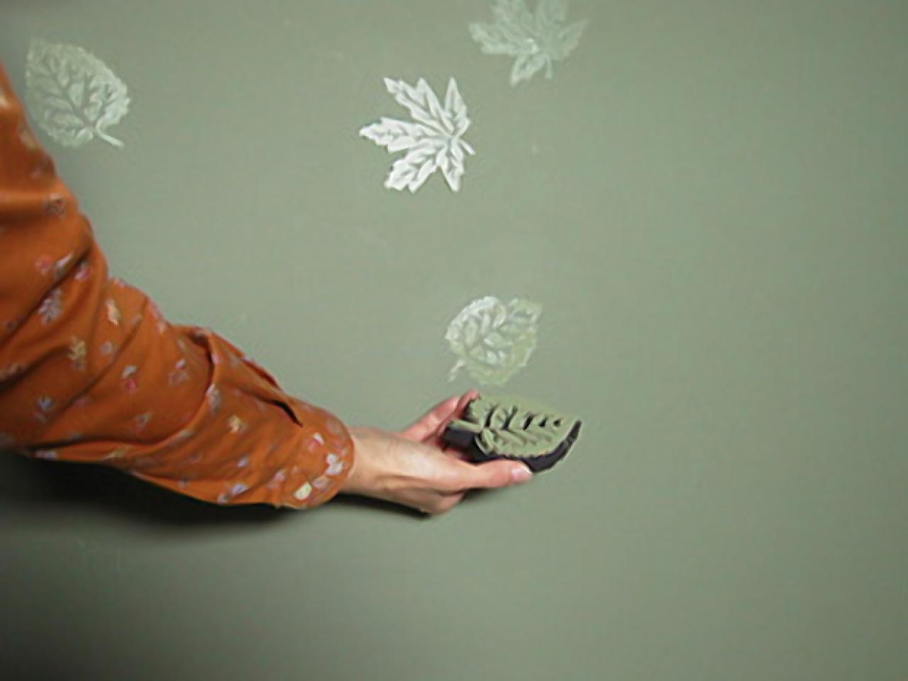 Глянцевые листья на матовой краске