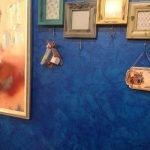 Синяя стена с картинами