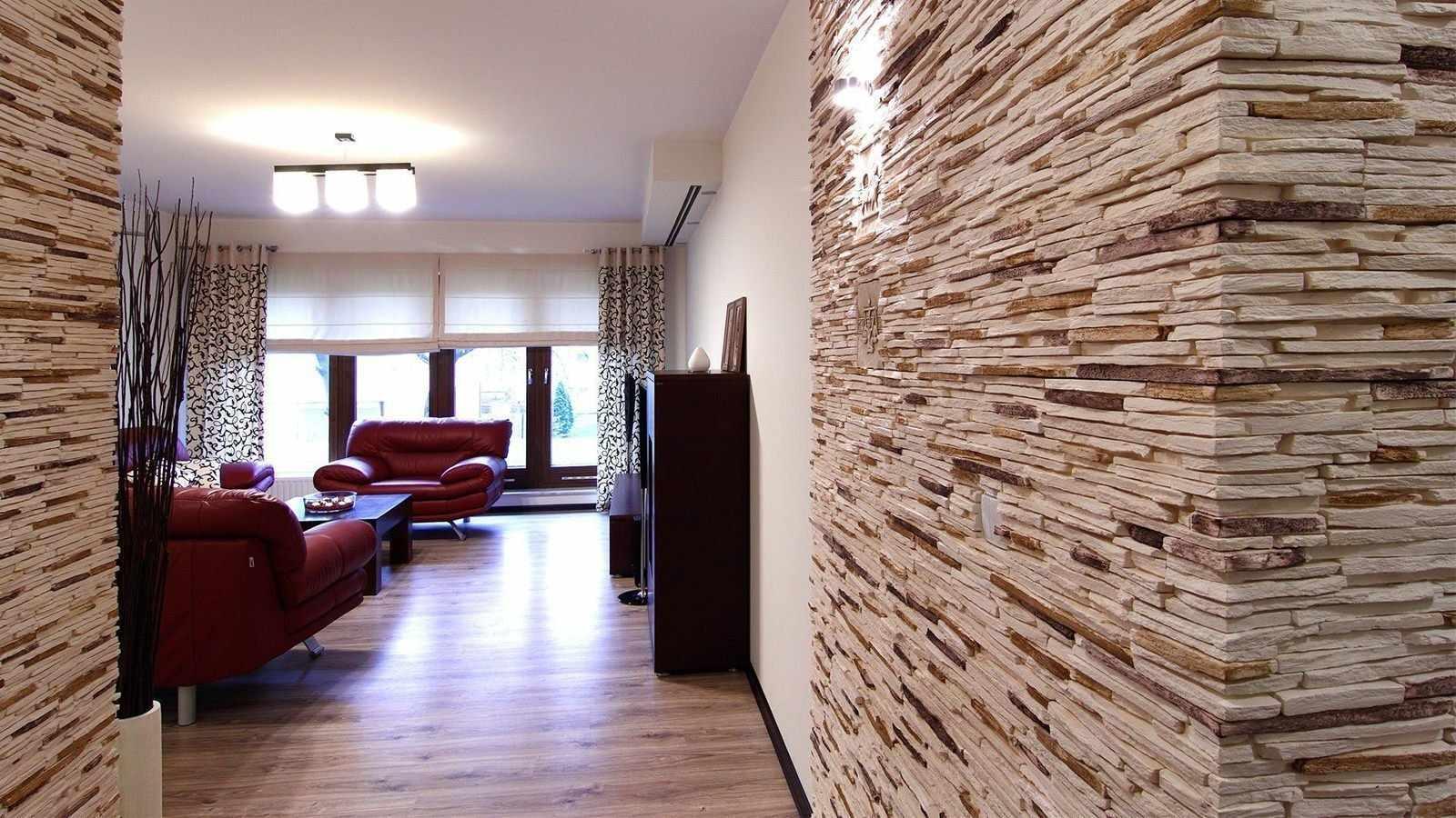 Декоративный камень на стене проходной комнаты