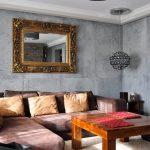 Зеркало над диваном в гостиной