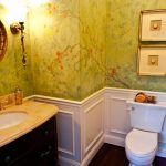 Стена с узорами в ванной