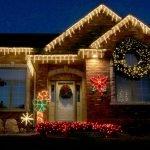Загородный дом с праздничным освещением
