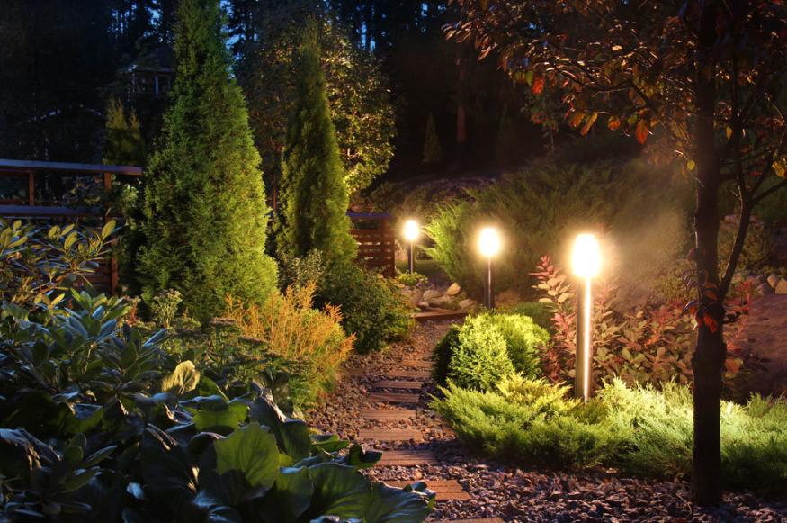 Светильник во дворе