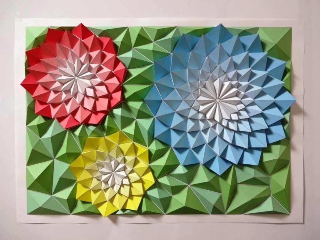 Яркие цветы на зеленом фоне