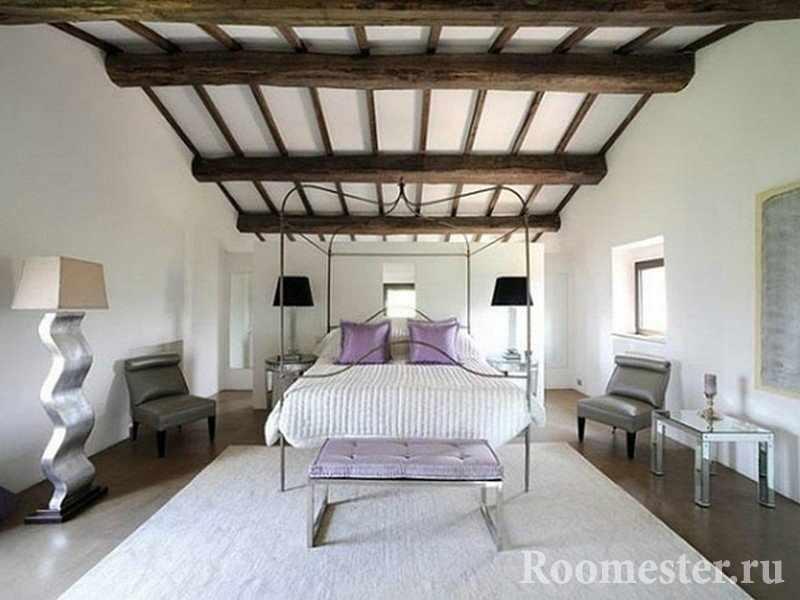 Необычный декор потолка балками