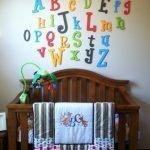 Разноцветные буквы над детской кроваткой