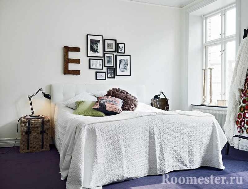 Картины и буква над кроватью