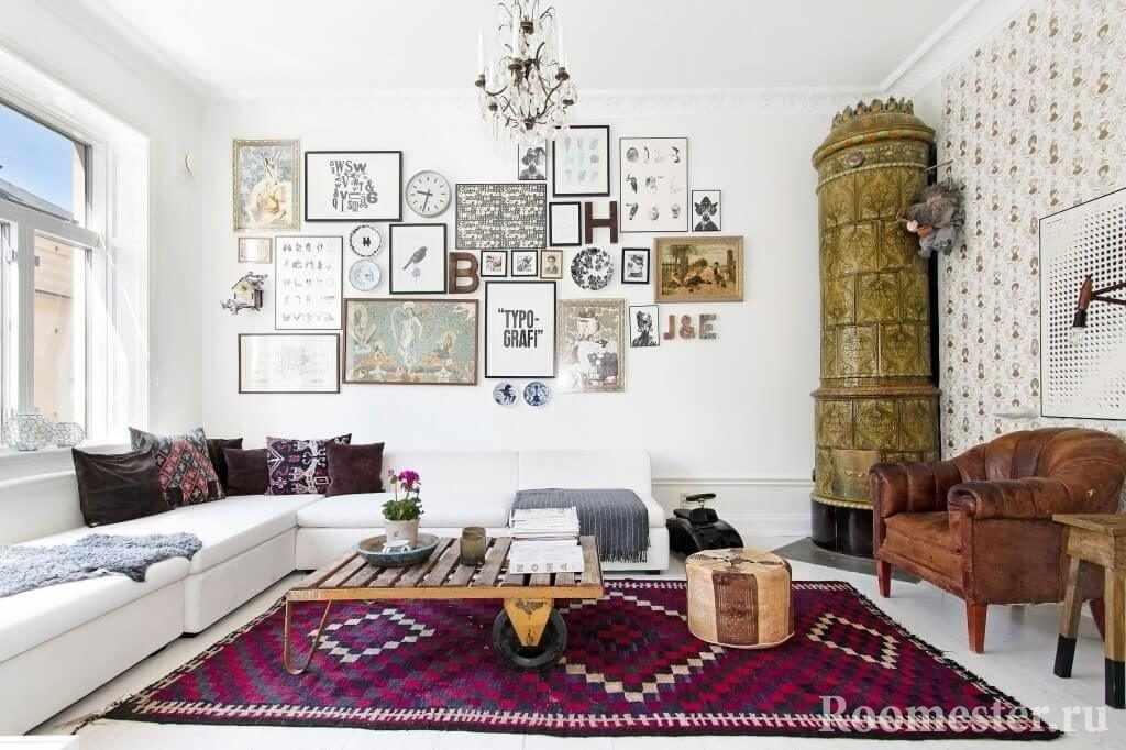 Картины и буквы на стене гостиной