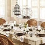 Плетенные стулья у стола