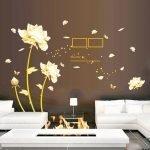 Белые розы на коричневой стене