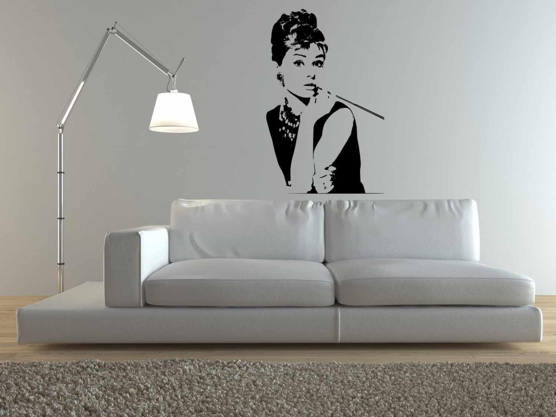 Девушка на стене
