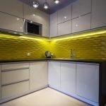 Сочетание желтого фартука и белой мебели