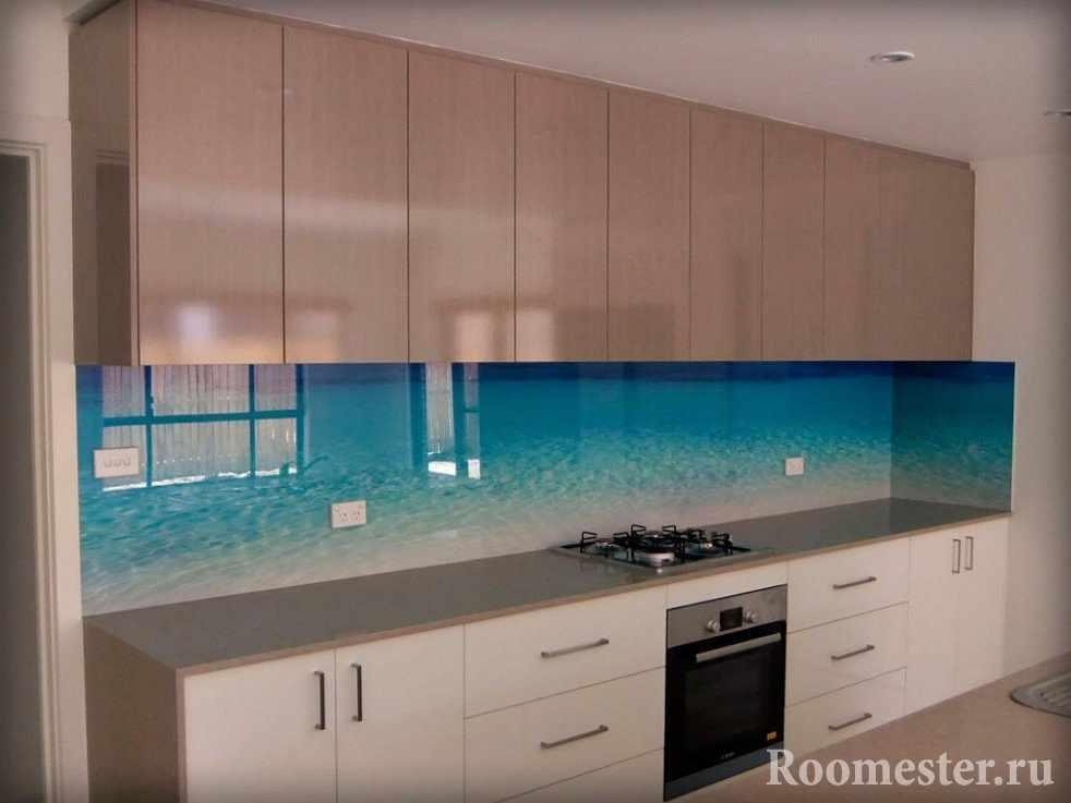 Стеклянная панель на фартук в кухне
