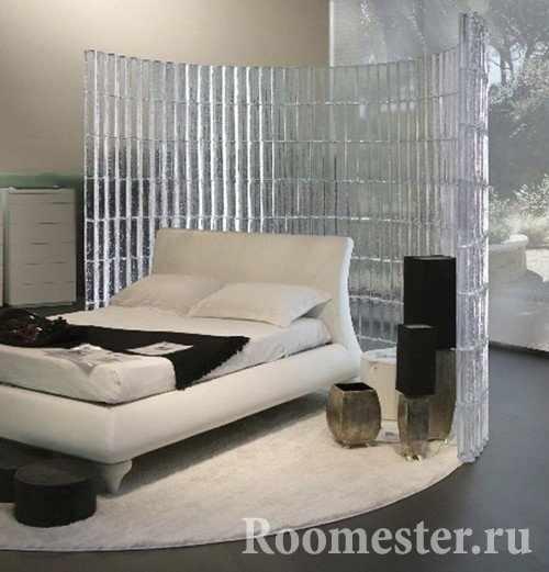 Окружение спального места стеклянными блоками