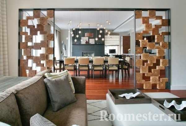 Перегородка из деревянных кубов в гостиной