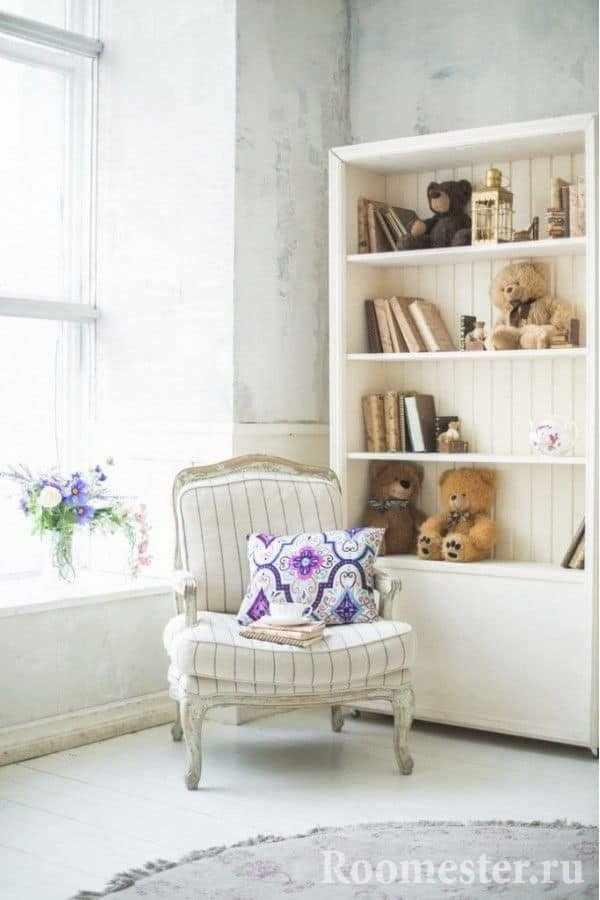 Яркая декоративная подушка в кресле