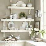 Белые полки на белой кухне