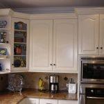 Полки из ДСП на белой кухне