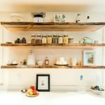 Полки из дерева на кухне
