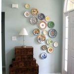 Тарелки на стене в прихожей