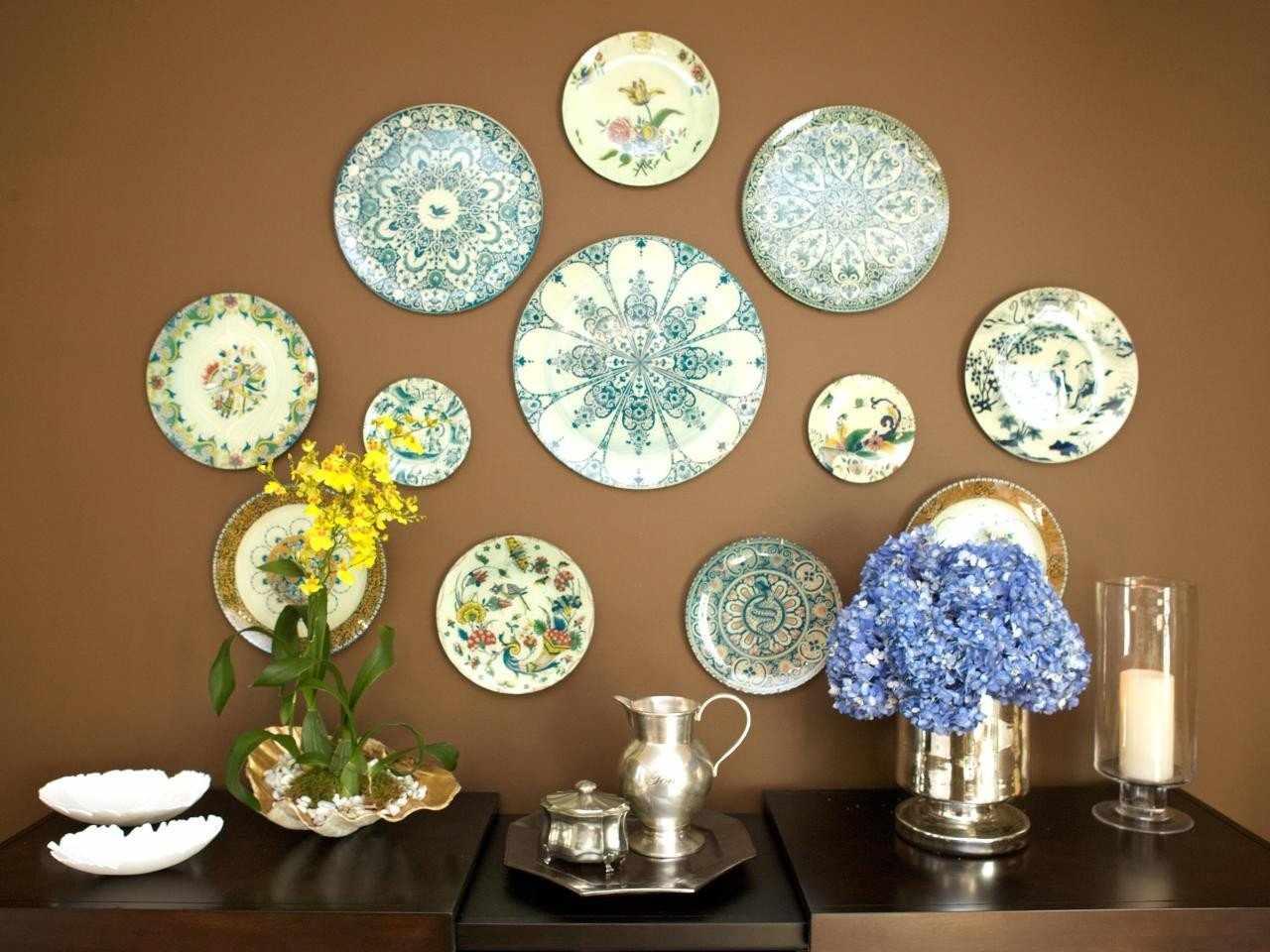 Оформление стены тарелками