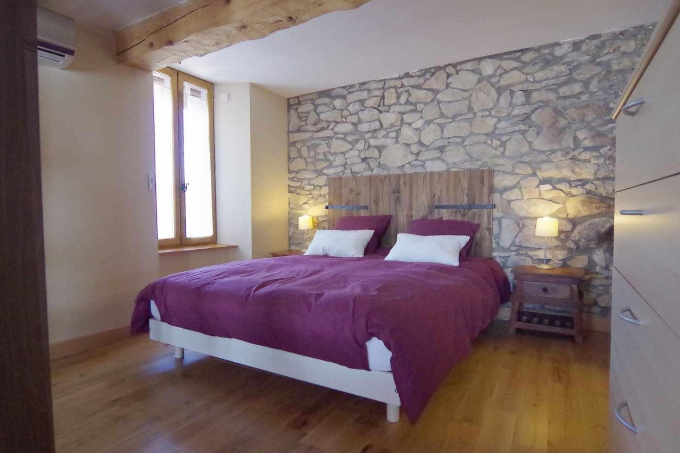 Кровать с бордовым покрывалом
