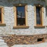 Белый и коричневый декоративный камень на фасаде
