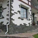 Серый декоративный камень в отделке белого здания