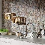 Стена из натурального камня в дизайне квартиры