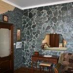 Серый декоративный камень на стене