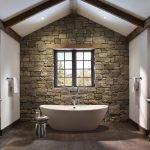 Современный дизайн ванной с отделкой из декоративного камня