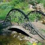 Бетонный мостик с железными перилами