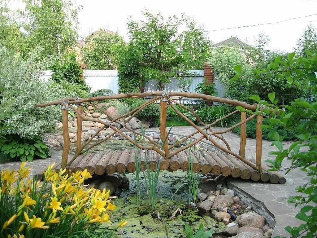 Бревенчатый мостик через водоем