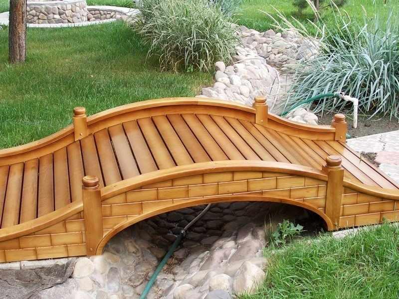 Деревянный мостик на участке