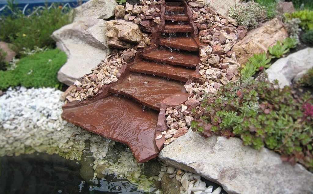 Водопад с декоративными растениями