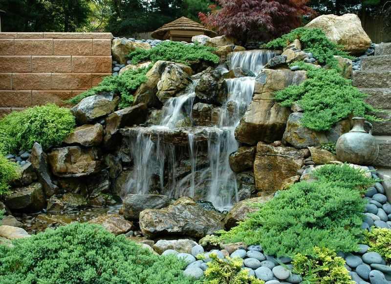 Сосуд на камнях у воды
