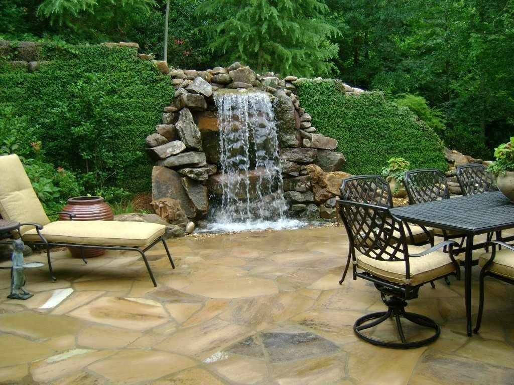 Столик и стулья у водопада