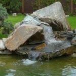 Гора из камней у воды