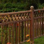 Деревянное ограждение в саду