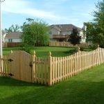 Деревянный заборчик у дома