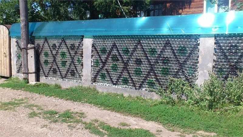 Забор из стеклянных бутылок на участке