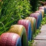 Цветные колеса на клумбе