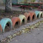Цветные покрышки во дворе