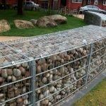 Камень в основании забора