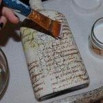 Наносим клей на бутылку