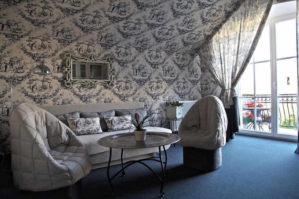 Интерьер с тканью на стенах