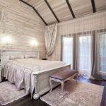 Спальня с вагонкой на стенах
