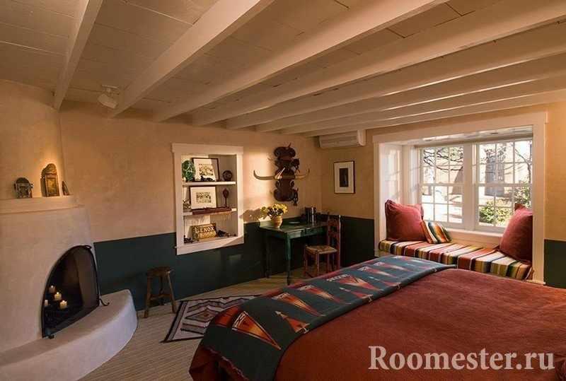 Спальня с камином и уютным подоконником
