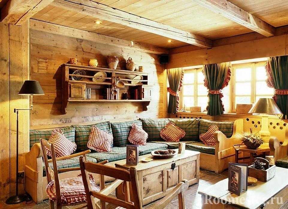 Гостиная с деревянной мебелью