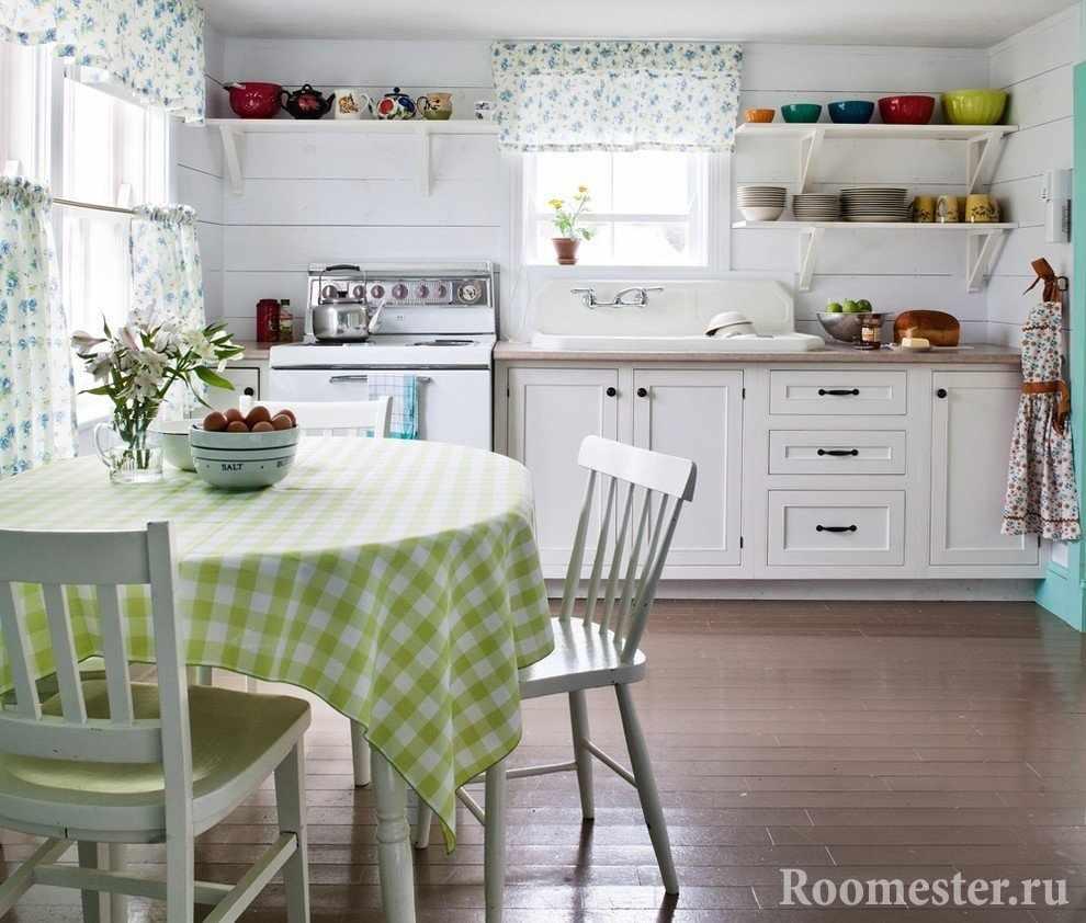 Легкие шторки в кухне